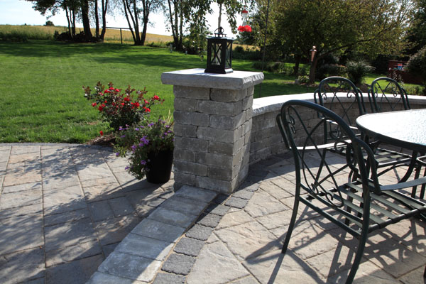 Techo-Bloc  Pillar and Seatwall with Concrete Caps